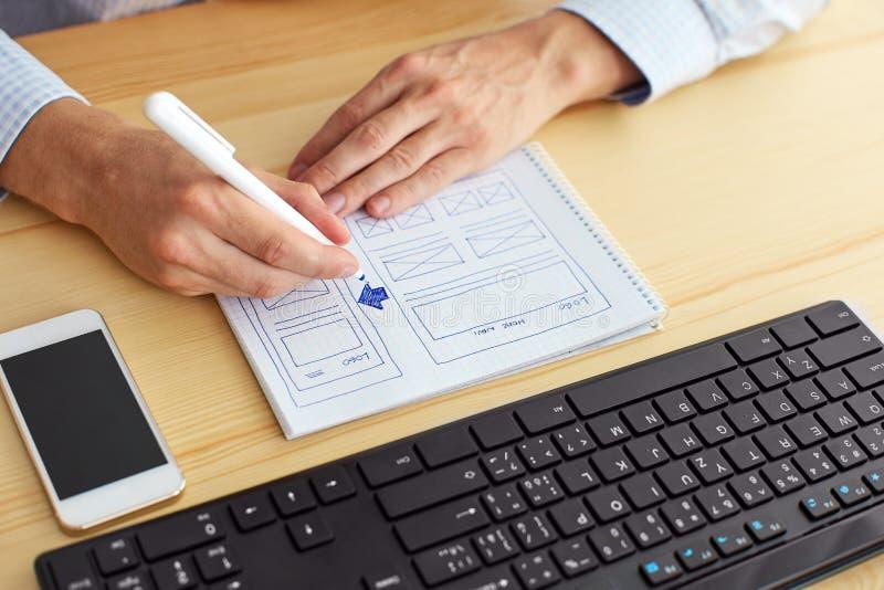 Mens die ontwerp op papier schetsen royalty-vrije stock foto