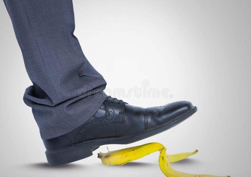 Mens die op bananeschil met zwarte schoen stappen vector illustratie