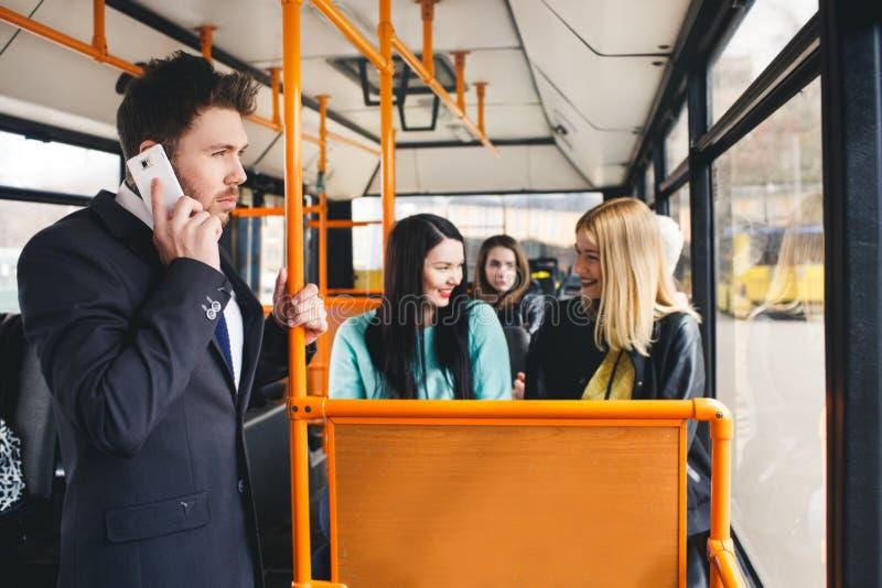 Mens die op Celtelefoon spreken, openbaar vervoer stock fotografie