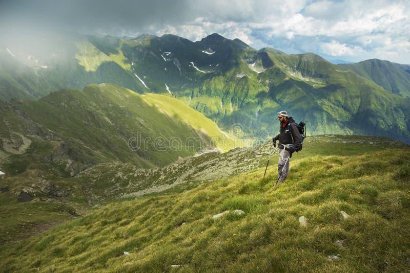 Mens die op de berg wandelen royalty-vrije stock foto's