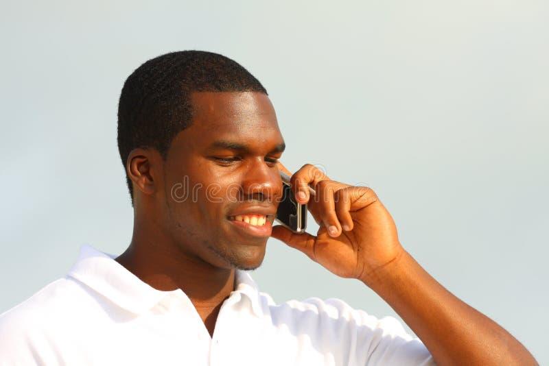 Mens die op de telefoon spreekt stock afbeelding