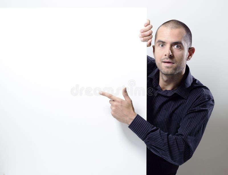 Mens die op een leeg aanplakbord op wit richten royalty-vrije stock foto's
