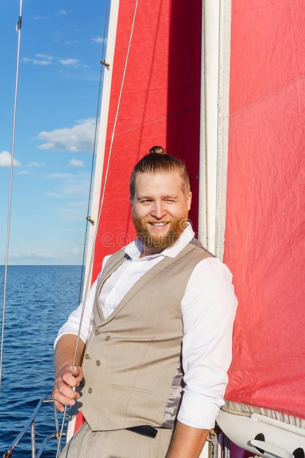 Mens die op een varende boot rusten royalty-vrije stock afbeelding