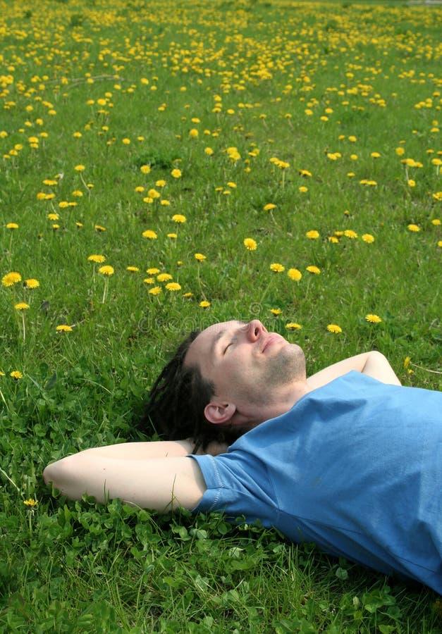 Mens die op het gras ligt royalty-vrije stock foto