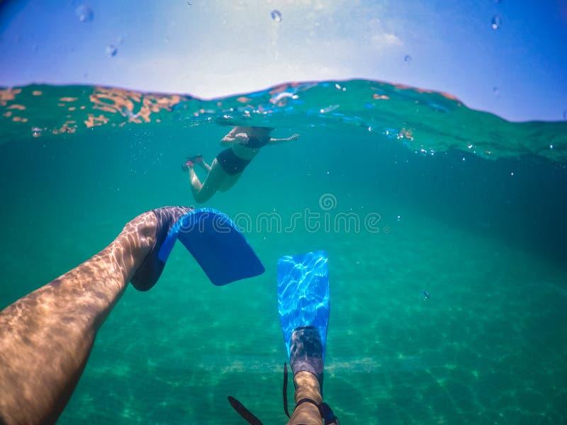 Mens die op het overzees zwemmen stock afbeeldingen