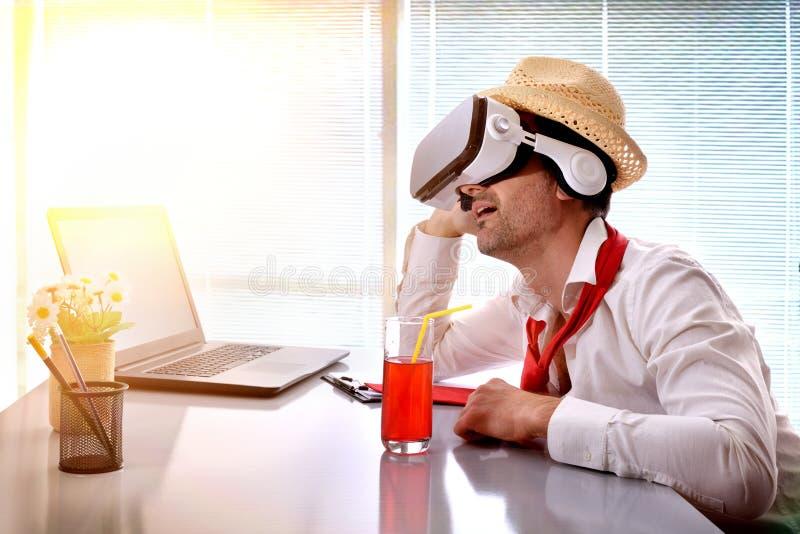 Mens die op het werk zijn vakantie met vrglazen veronderstellen royalty-vrije stock foto's
