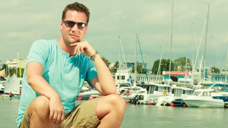 Mens die op jachthaven tijdens de zomer lopen stock foto