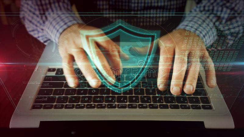 Mens die op laptop toetsenbord met schild schrijven royalty-vrije stock foto's