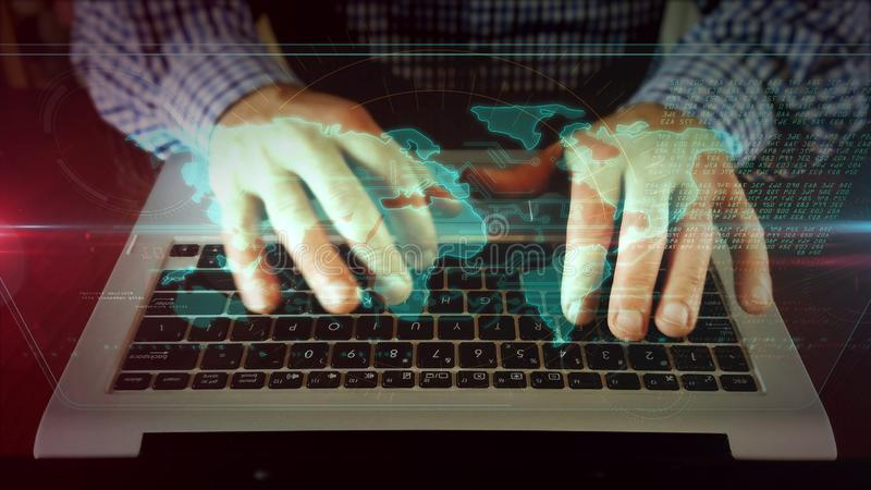 Mens die op laptop toetsenbord met wereldkaart schrijven stock afbeelding