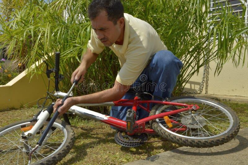 Mens die op middelbare leeftijd fiets opblazen royalty-vrije stock afbeelding