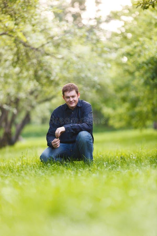 Mens die op middelbare leeftijd in het stadspark rusten stock afbeelding