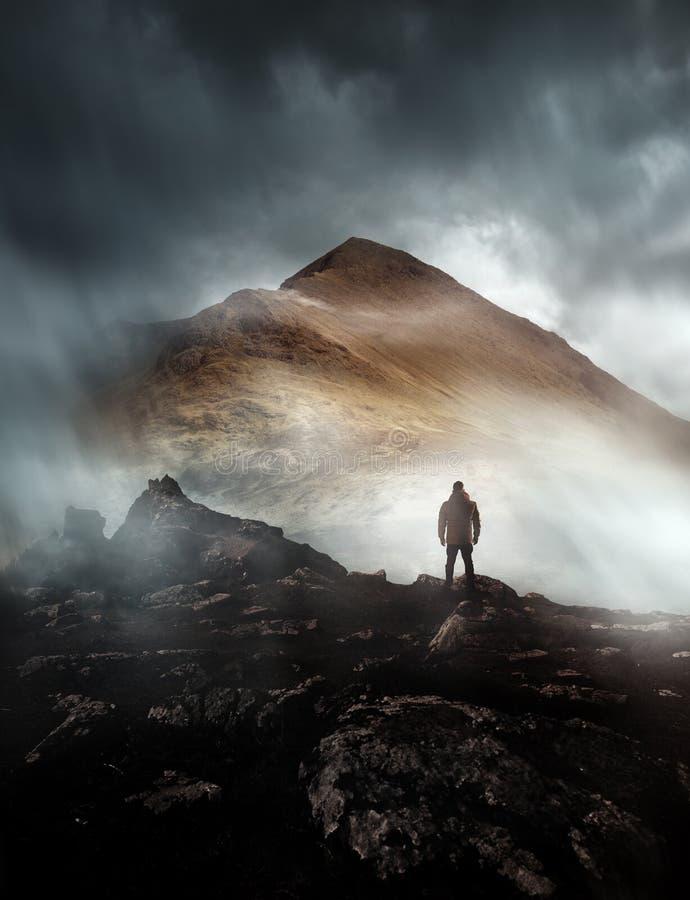 Mens die op Misty Mountain wandelen royalty-vrije stock afbeelding