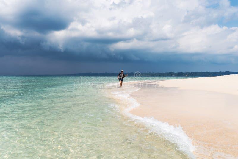 Mens die op strand met transparant water van oceaan in de Maldiven lopen royalty-vrije stock fotografie