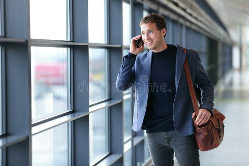 Mens die op telefoon in luchthaven spreken - reislevensstijl royalty-vrije stock afbeeldingen