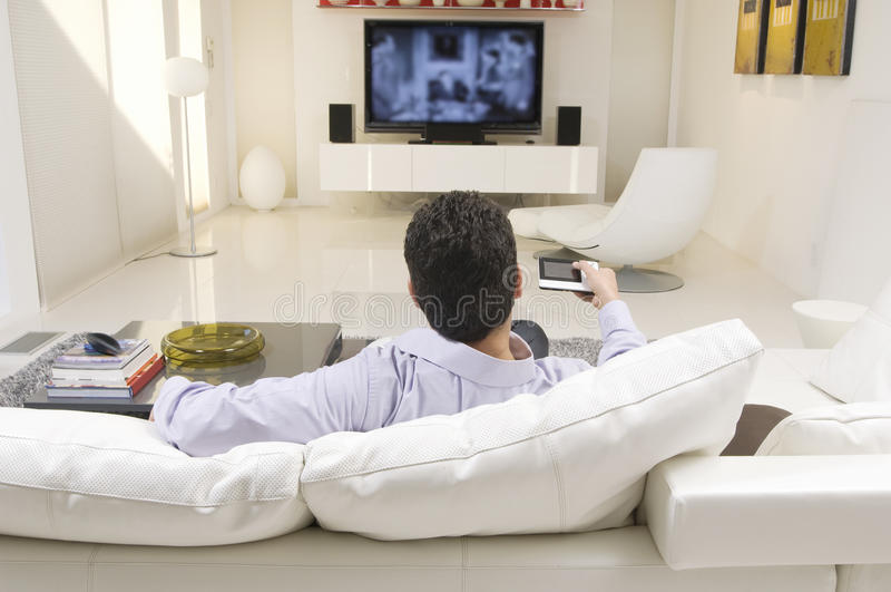 Mens die op TV letten royalty-vrije stock fotografie