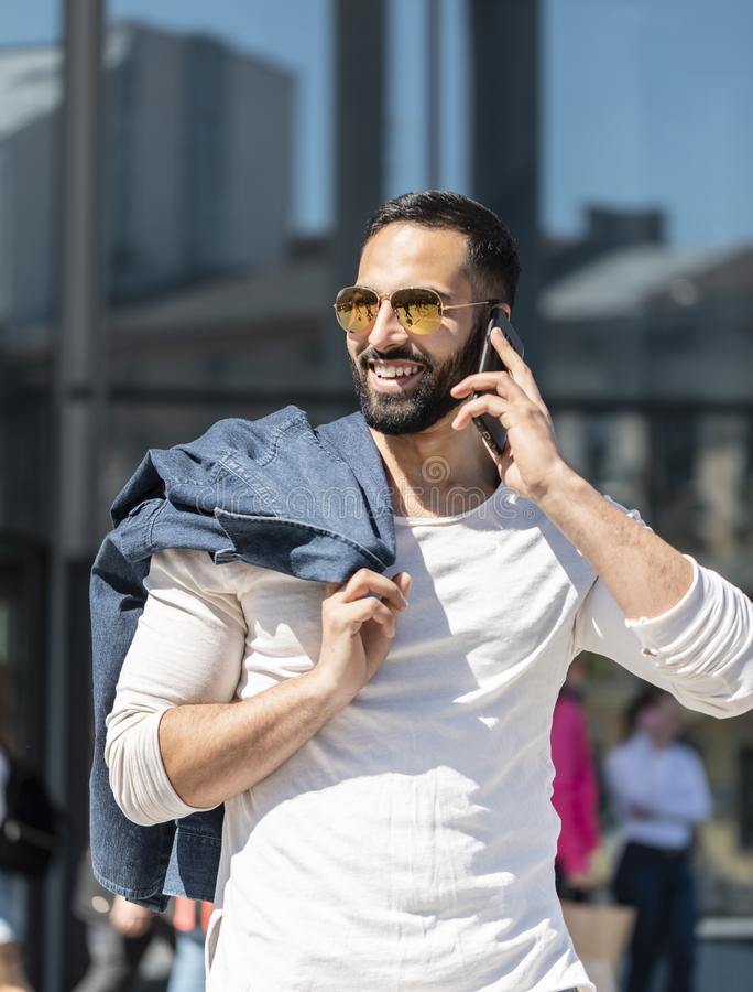 Mens die op zijn telefoon spreken royalty-vrije stock fotografie