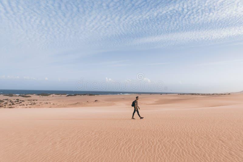 Mens die in openlucht in Fuerteventura, Spanje lopen stock foto's