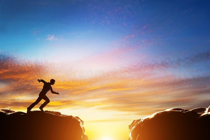 Mens die over afgrond tussen twee bergen lopen te springen royalty-vrije illustratie