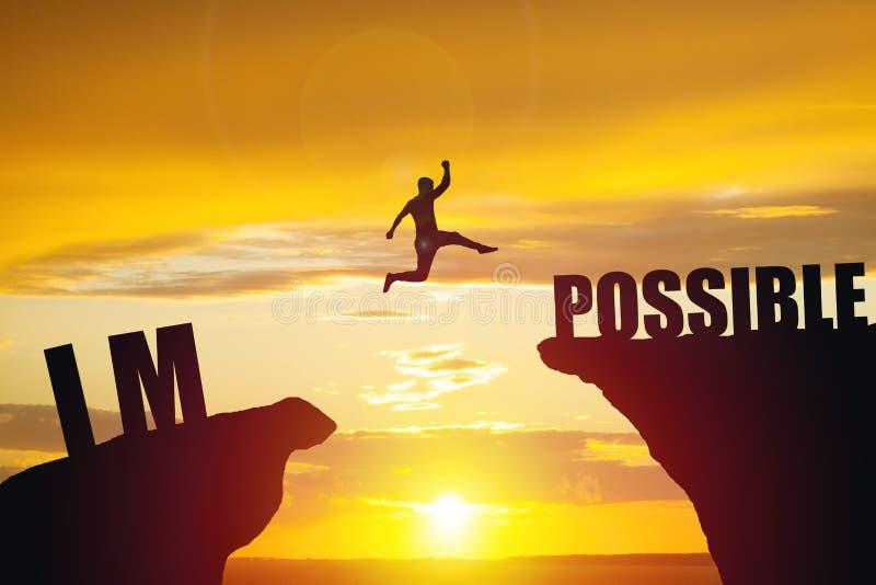 Mens die over onmogelijk of mogelijk over klip op zonsondergangachtergrond springen stock afbeelding