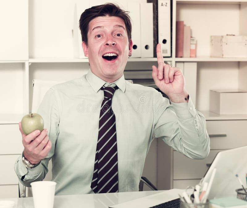 Mens die over voordeel van appelen spreken royalty-vrije stock afbeeldingen
