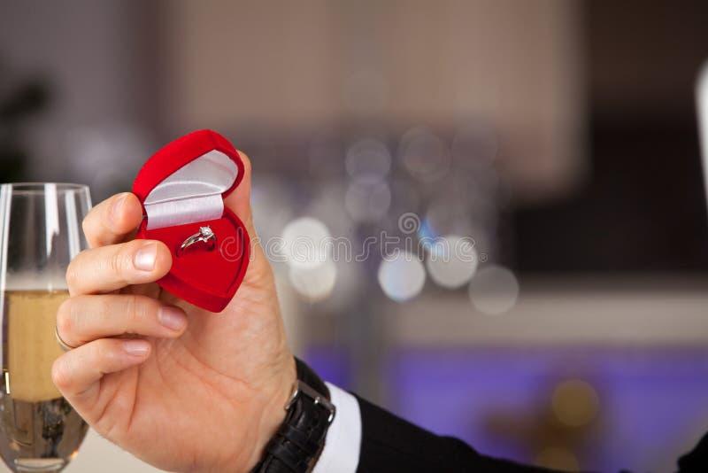 Mens die overeenkomstendoos met ring geven royalty-vrije stock afbeelding
