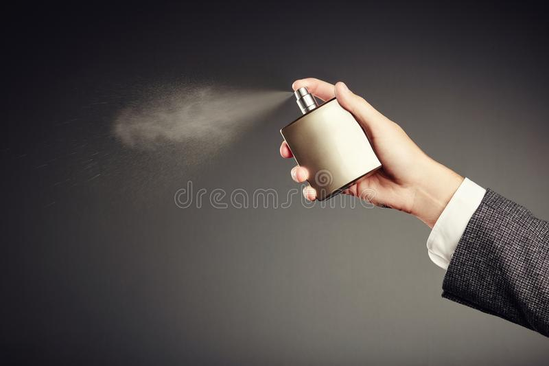 Mens die parfum toepassen stock afbeelding