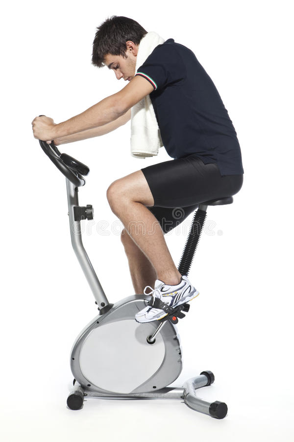 Mens die pedaal stationaire fietsen royalty-vrije stock afbeeldingen
