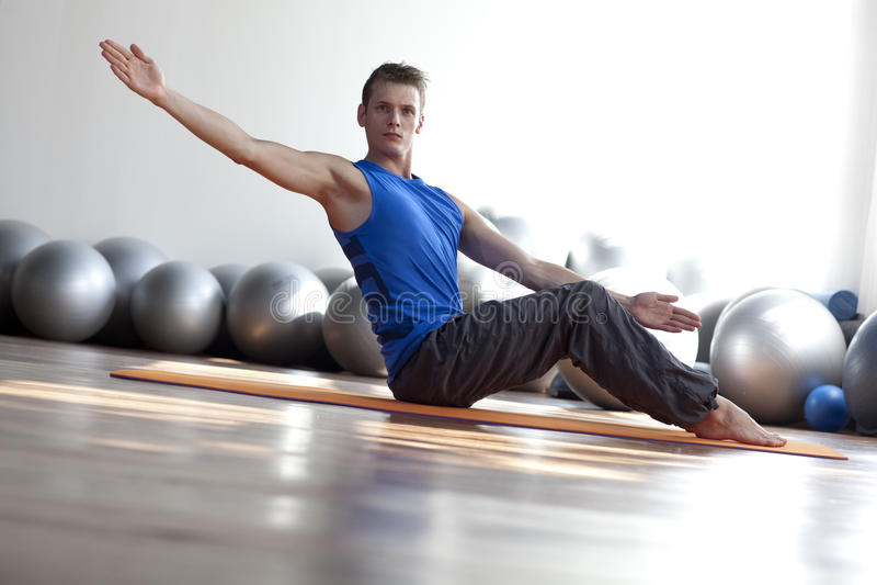 Mens die pilates praktizeert