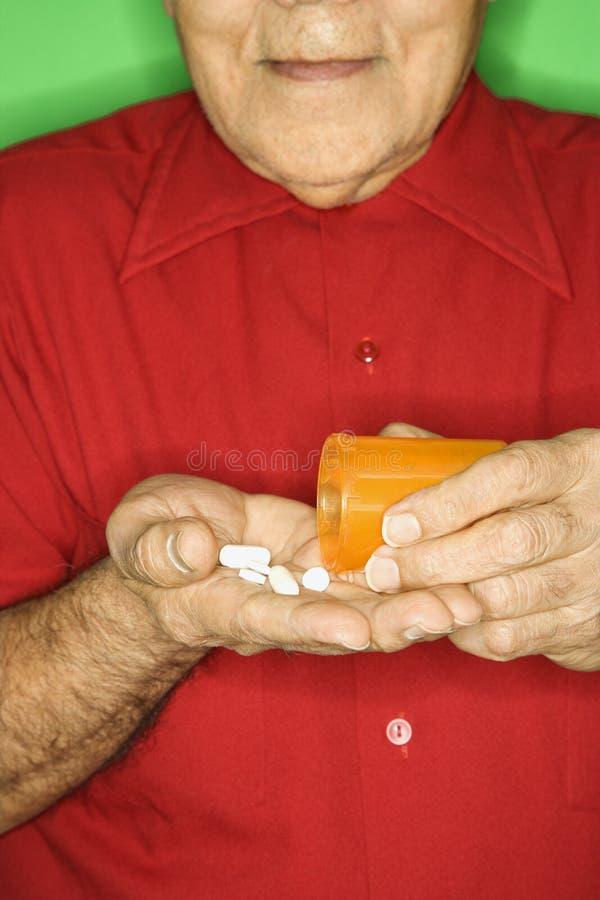 Mens die pillenfles leegmaakt. royalty-vrije stock foto