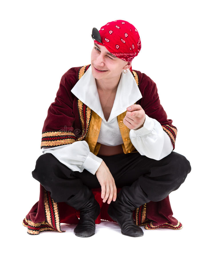 Mens die piraatkostuum stellen dragen, geïsoleerd op wit royalty-vrije stock afbeelding