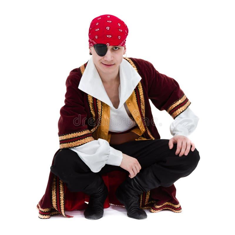 Mens die piraatkostuum stellen dragen, geïsoleerd op wit stock afbeeldingen