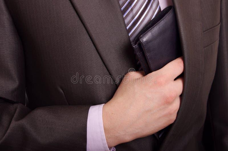 Mens die portefeuille neemt stock foto