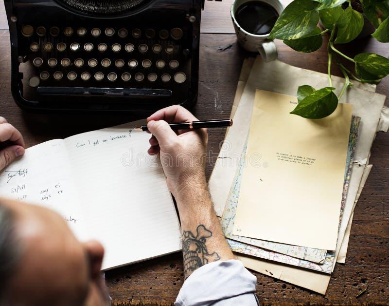Mens die Retro het Werkschrijver gebruiken van de Schrijfmachinemachine royalty-vrije stock foto