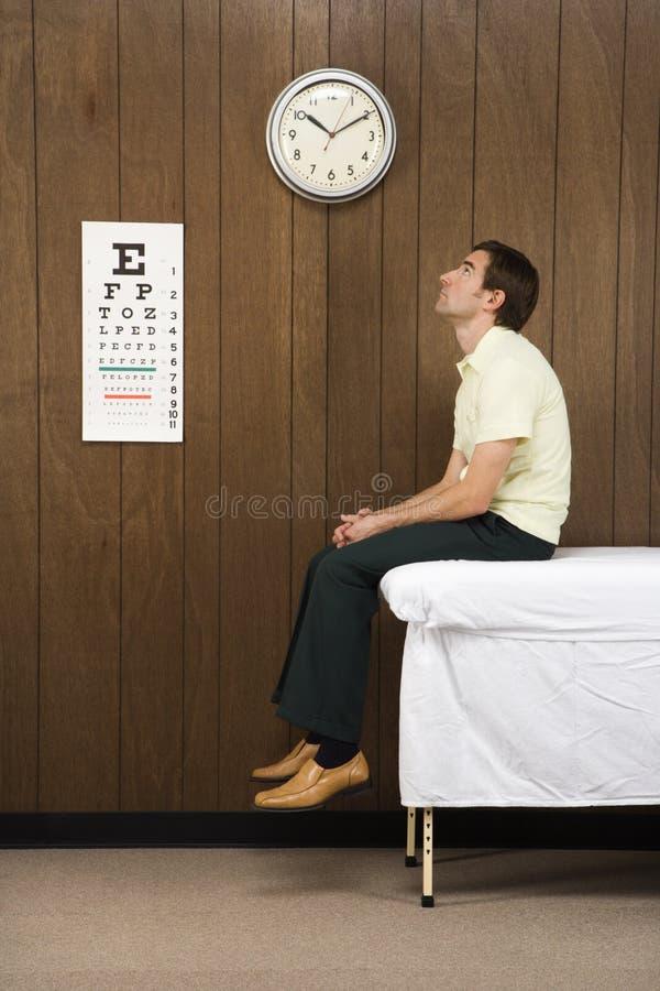 Mens die in retro spreekkamer wacht. royalty-vrije stock afbeeldingen