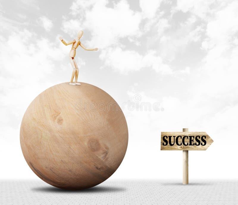 Mens die saldo houden en zich op de bovenkant van een reusachtige houten bal en bewegingen naar succes bevinden stock afbeelding