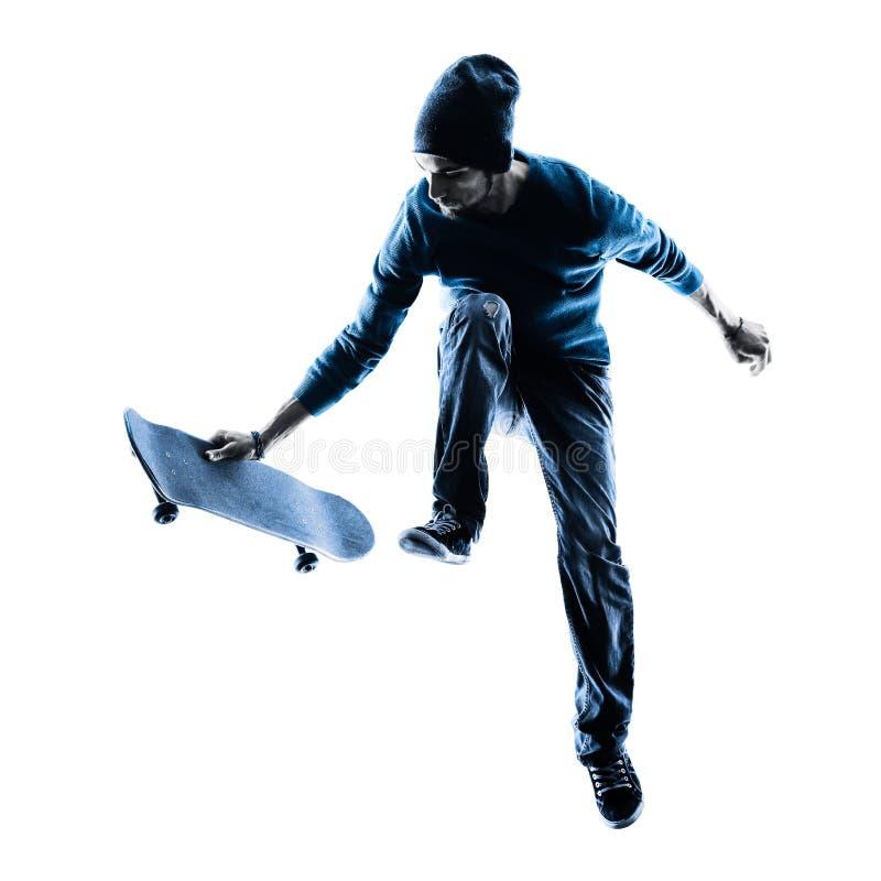 Mens die skateboarder silhouet met een skateboard rijden stock foto