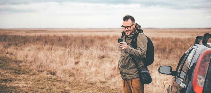 Mens die slimme telefoon met behulp van openlucht stock afbeeldingen