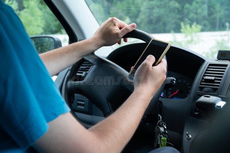 Mens die smartphone gebruiken terwijl het drijven van de auto - het vervoer en het voertuigconcept met pictogram sociale media ve stock afbeelding