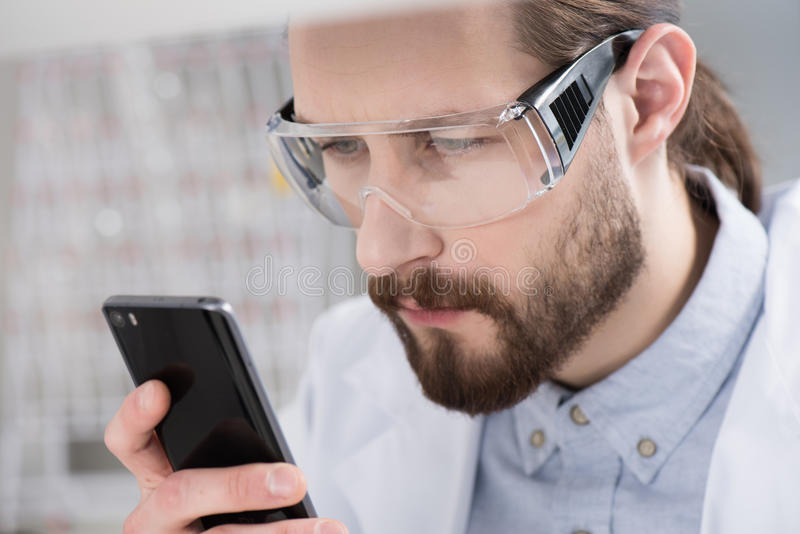 Mens die Smartphone gebruikt royalty-vrije stock afbeelding