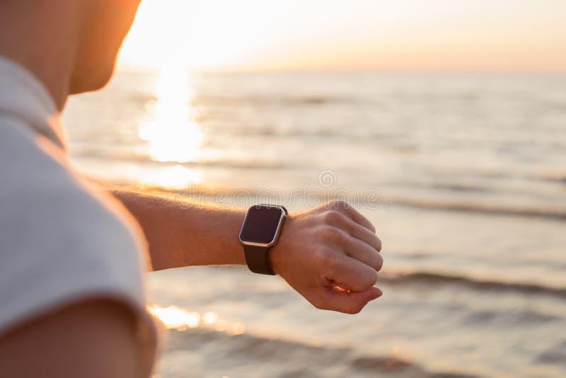 Mens die smartwatch bekijken royalty-vrije stock foto's