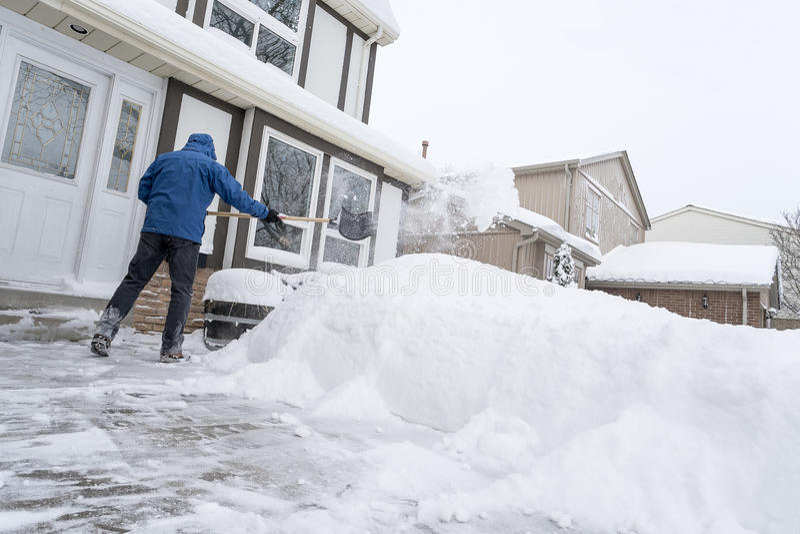 Mens die Sneeuw met een Schop verwijderen royalty-vrije stock fotografie
