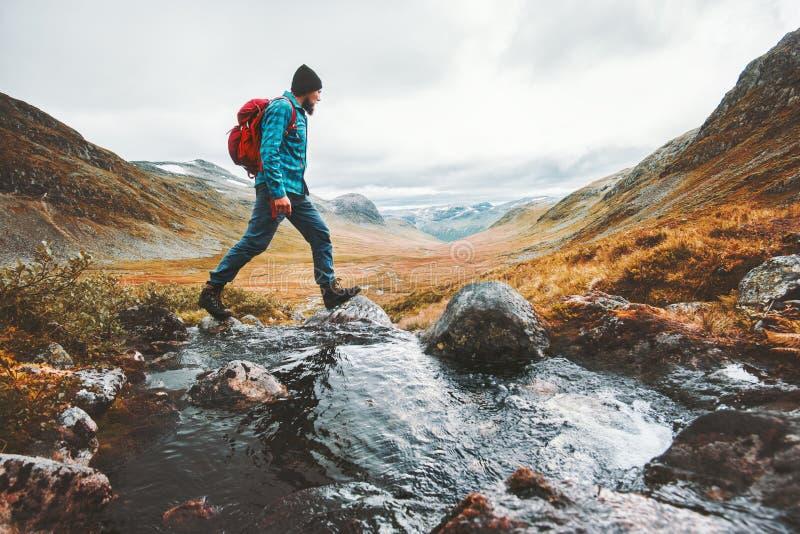 Mens die solo backpacker wandeling in Skandinavische bergen reizen royalty-vrije stock afbeeldingen