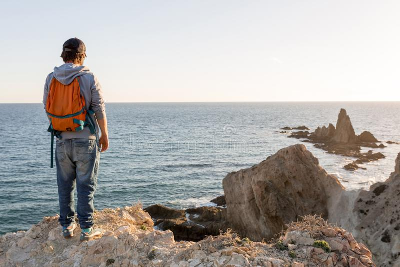 Mens die Spaanse kustlijn onderzoekt stock fotografie