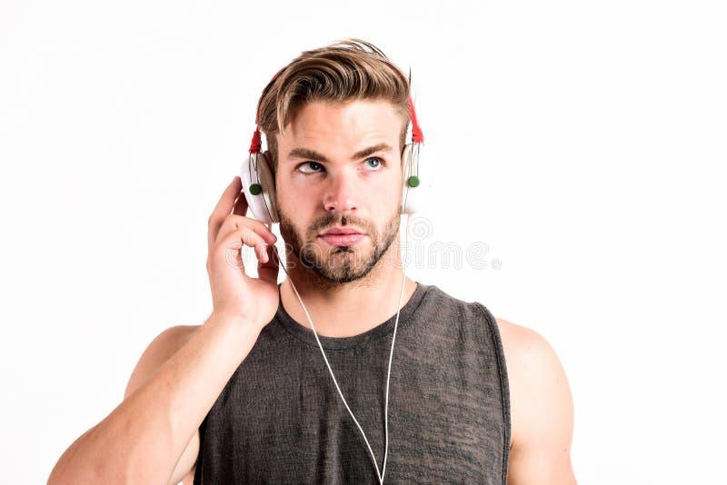 Mens die stereohoofdtelefoons dragen ontspan playlist de sexy spiermens muziek van de playlistmens ontspant in oortelefoons luist royalty-vrije stock afbeeldingen