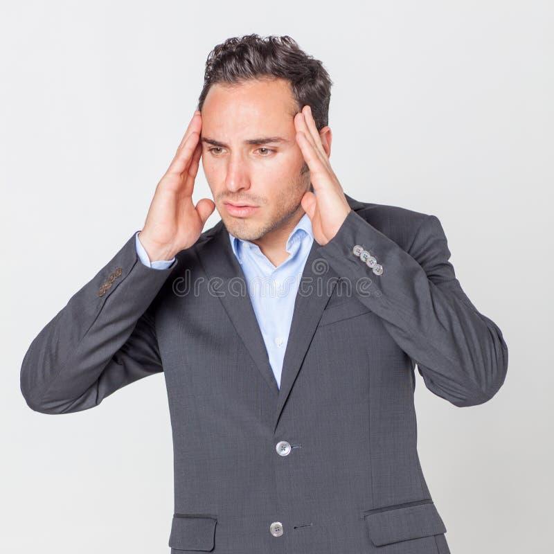Mens die sterke hoofdpijn hebben stock foto