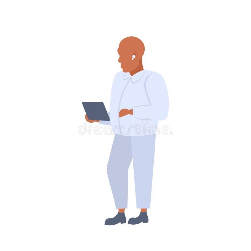 Mens die tablet gebruiken die aan muziek in draadloze oortelefoons elegante Afrikaanse Amerikaanse persoon luisteren die wit kost vector illustratie