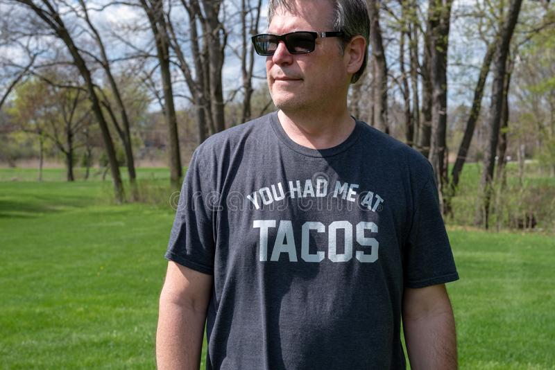 Mens die tacot-shirt dragen royalty-vrije stock fotografie