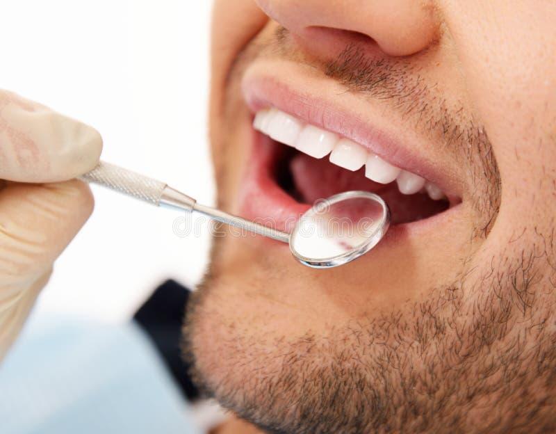 Mens die tandencontrole doen stock foto