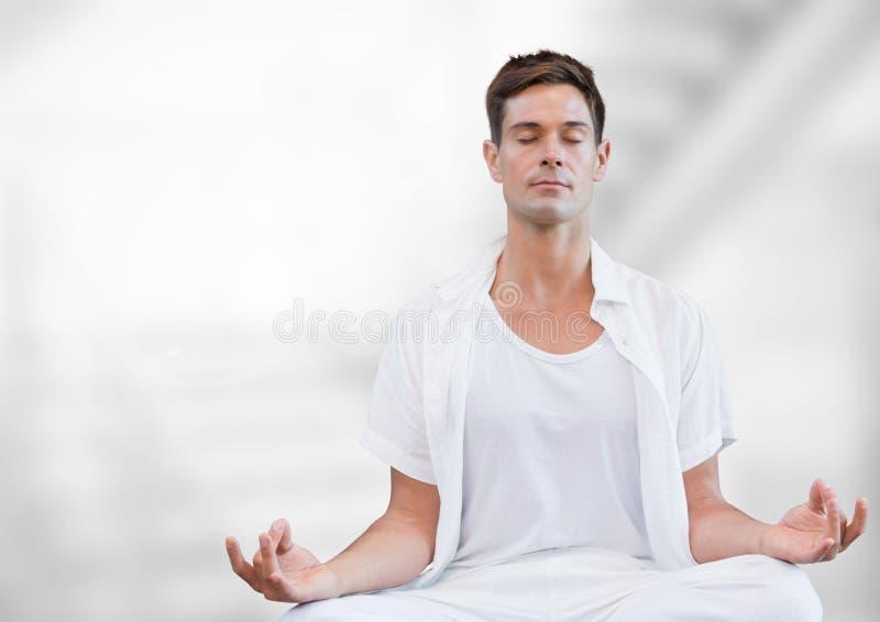 Mens die tegen witte achtergrond mediteren stock fotografie
