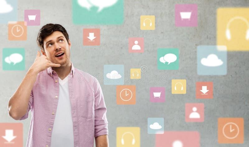 Mens die telefoongesprekgebaar over app pictogrammen toont royalty-vrije stock foto
